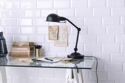 escritorio con pared de azulejos tipo metro