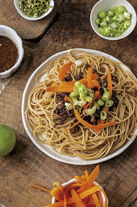 espaguetis integrales con carne caramelizada y verduras