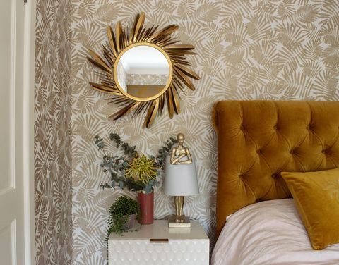 espejo decorativo redondo con marco de plumas doradas