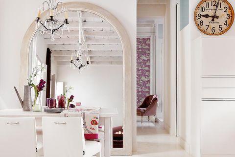 espejo grande de suelo con marco blanco