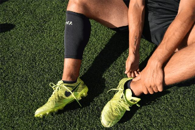 un futbolista usa oliver, un dispositivo en la espinillera que previene el 45  de las lesiones