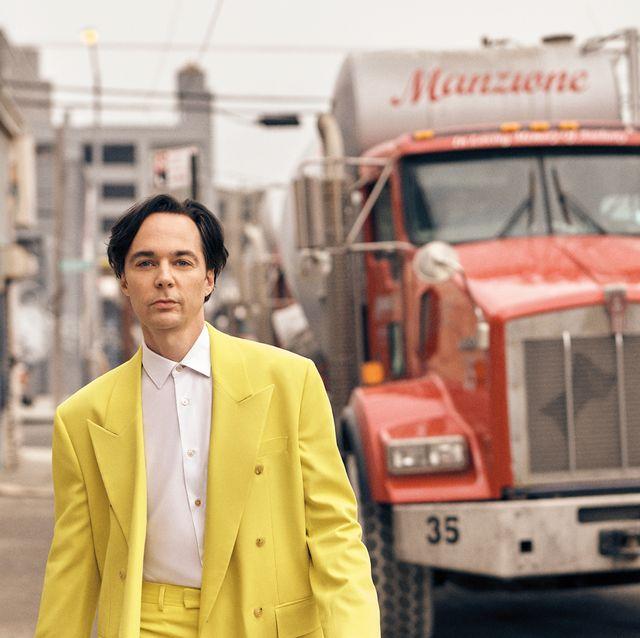 el actor jim parsons, vestido con un llamativo traje amarillo, es la portada del número de junio de esquire