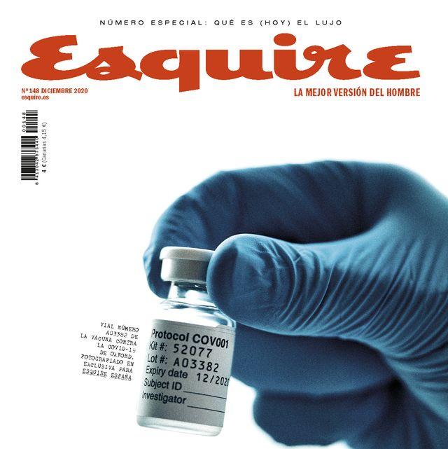 portada del número de diciembre de 2020 de esquire, con una mano sujetando la vacuna contra la covid 19 de oxford