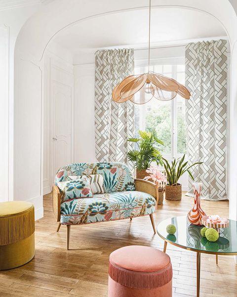 sofa, puf y mesillas con telas florales