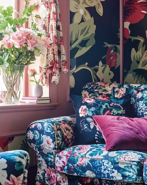 sofá y funda de cojín con motivos florales