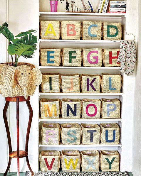 estantería de obra con cestas con letras de colores