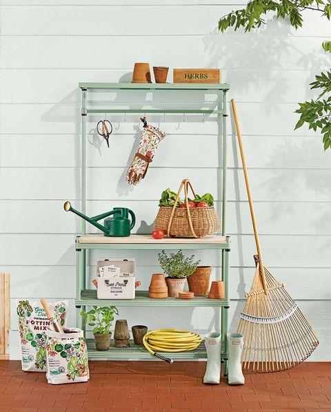 estantería verde para el jardín, maceteros, botas y material de jardinería