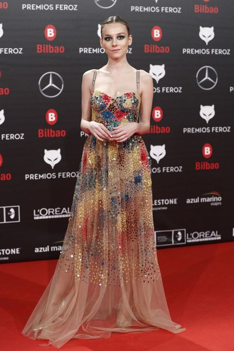 Red carpet, Dress, Fashion model, Clothing, Carpet, Gown, Shoulder, Hairstyle, Flooring, Premiere,