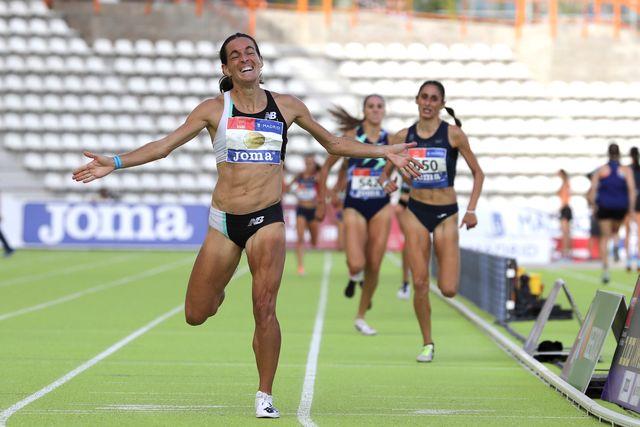 esther guerrero celebra su victoria en los 1500m en el campeonato de españa de atletismo 2020 en vallehermoso minutos antes se había impuesto en los 800 metros