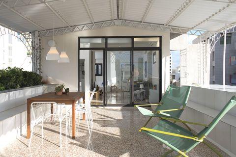 terraza con comedor y hamacas
