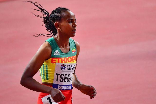 la atleta etíope gudaf tsegay corre los 1500 metros durante el mundial de doha 2019, donde logró la medalla de bronce