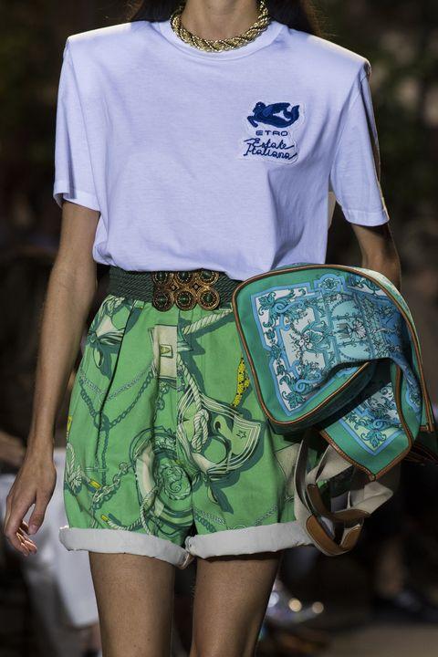 tendenze moda primavera estate 2021 come indossare tshirt e top bianchi