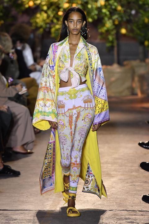 model op de catwalk in kleurrijke look in milaan, voor modehuis etro