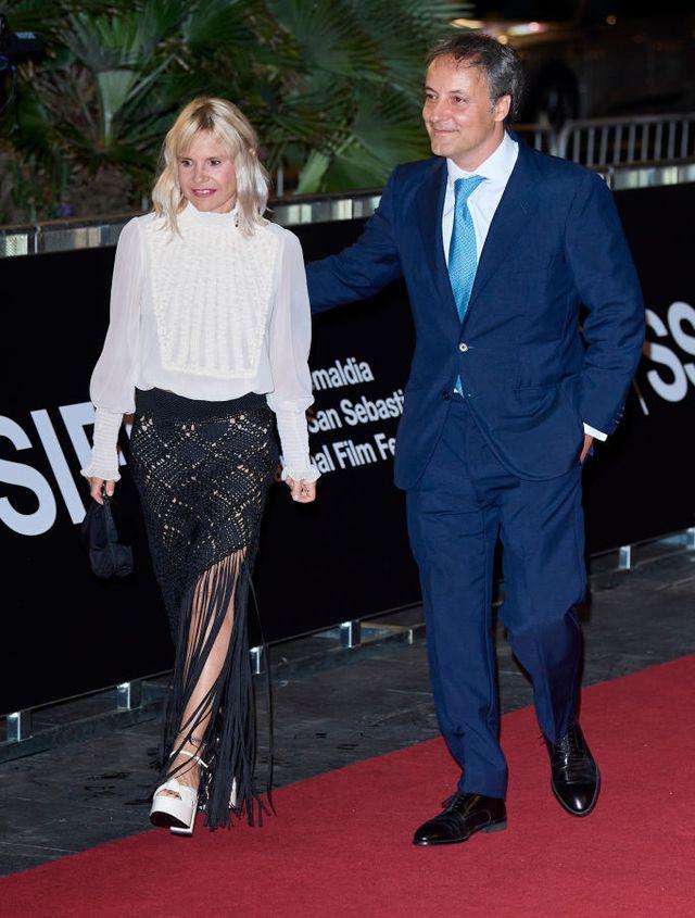 eugenia martínez de irujo con una falda de crochet y blusa en septiembre para ver la mini serie 'rapahelismo' en el festival de cine de san sebastián