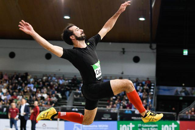 el saltador de longitud eusebio cáceres en pleno vuelo durante la reunión indoor de atletismo de karlsruhe en 2020