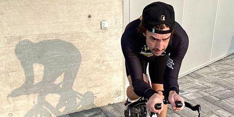 fernando alonso entrenando sobre una bicicleta estática