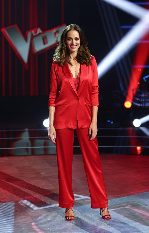 eva gonzález con traje rojo