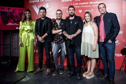 Eva González, Pablo López, Andrés Martín (ganador), Antonio Orozco, María Espinosa (finalista) y Javier Moya (finalista) durante la presentación del concierto de 'La Voz'.
