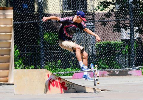 《新花邊教主》中的粉色頭髮男孩!從滑板高手到登上lv伸展台——evan mock的個性穿搭盤點