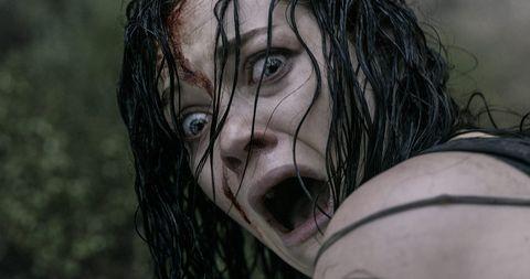 jane levy gritando en el remake de evil dead