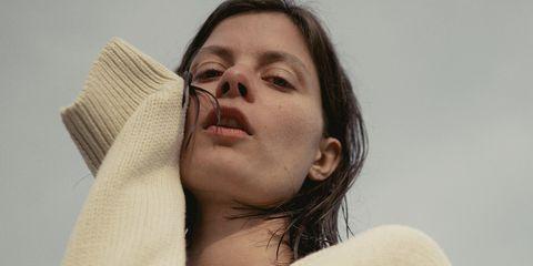 model witte trui clean skin net haar