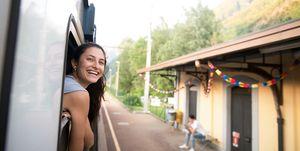 Lachende vrouw die met de trein reist