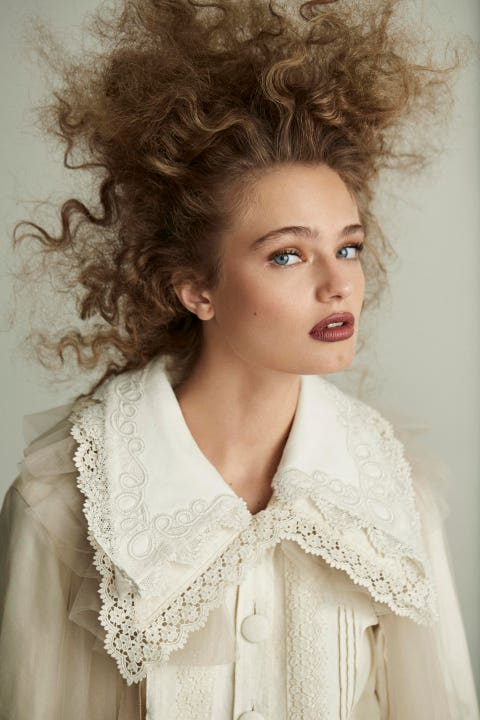 Hair, Hairstyle, Beauty, Lip, Ringlet, Fashion, Blond, Long hair, Lace, Fashion design,