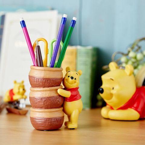 日本家居品牌belle maison推出一系列小熊維尼的文具收納小物,包含手機架、眼鏡架等商品,讓帶著可愛微笑的小熊維尼陪你一起度過煩悶的辦公時光。