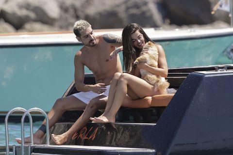 la pareja se deshace en mimos con su perrita canela en alta mar
