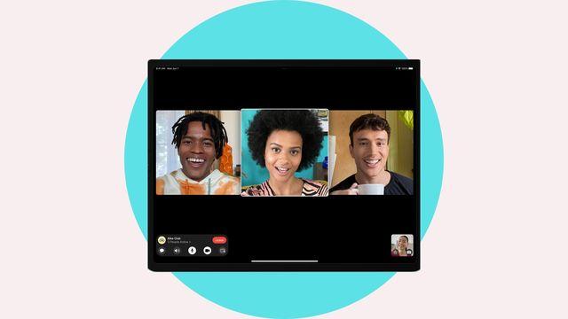 la aplicación de apple facetime en una tableta, con tres jóvenes, dos hombres y una mujer hablando
