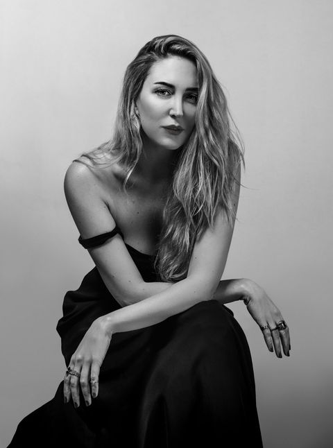 Face, Hairstyle, Human body, Shoulder, Hand, Joint, Sitting, Elbow, Style, Fashion model,