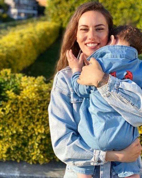 fahriye evcen con su hijo karan