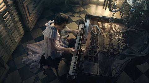 ハリー・スタイルズがバレリーナやドレス姿に! 自由で美しいジェンダーレスなファッション17選