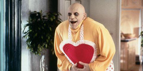 el tio fester en la familia addams vestido con un delantal de corazones
