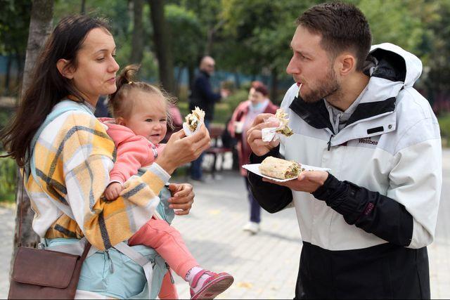 una familia come en la calle