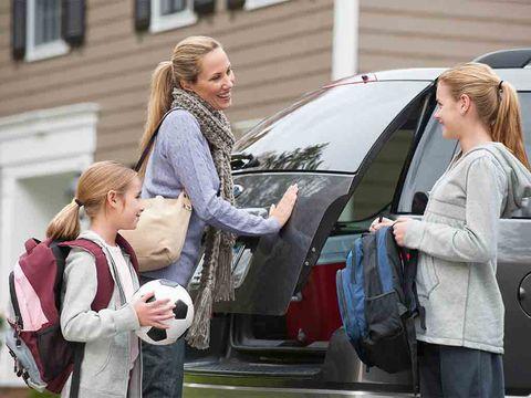 Familia montanto en coche antes de partir