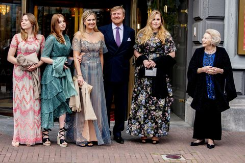 la reina maxima de holanda y el rey guillermo con la princesa amalia, ariadna, alexia y la princesa beatriz posan para la celebración del 50 cumpleños de máxima
