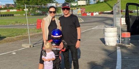 la familia raikkonen, con sus dos hijos, disfruta de un día de karting