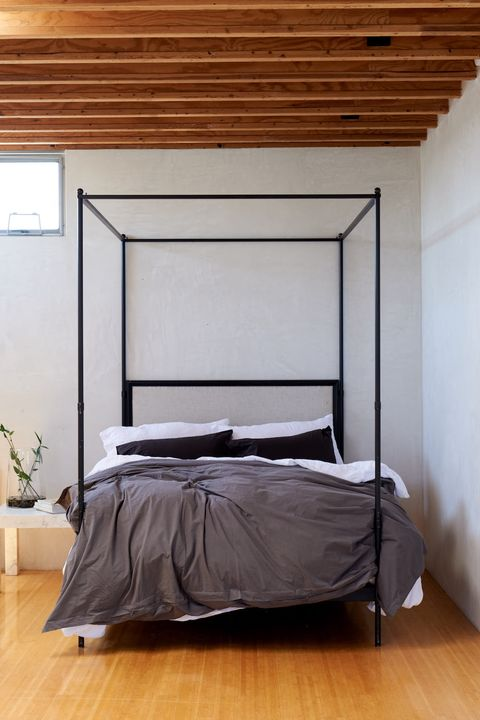 Minimalist bedroom décor