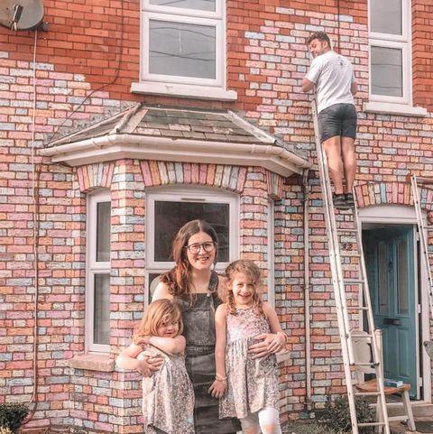 family-chalks-home