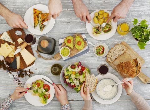 家庭用餐中由上往下拍食物
