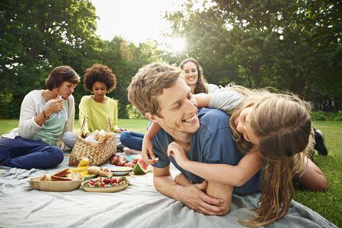 una familia hace un picnic al aire libre