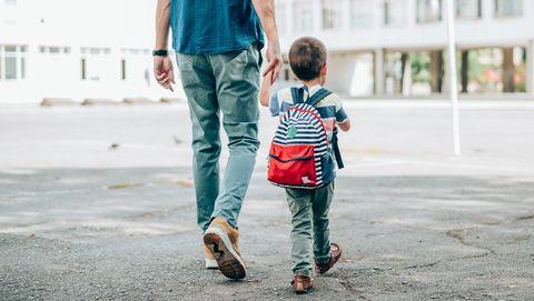vader en zoon lopen naar school