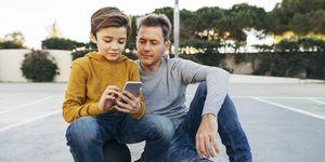 Padre e hijo con el móvil