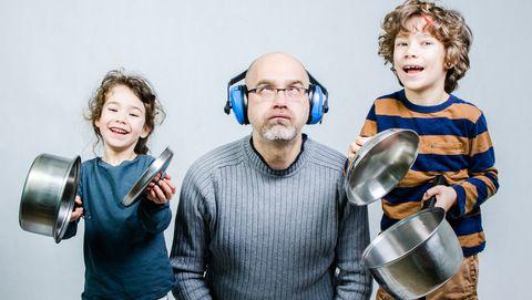 Vader met drukke kinderen