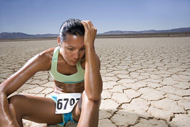 atleta fatigada en el desierto