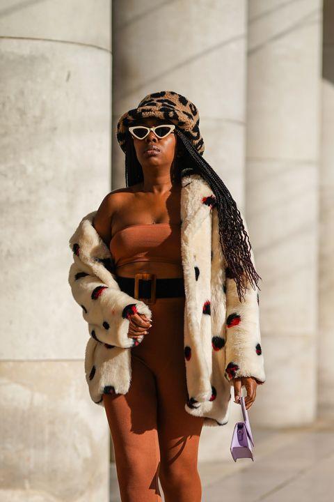 vrouw draagt een tube top in parijs