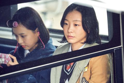少女的純潔外表下是天生殺人狂!韓國懸疑動作片《魔女首部曲:誕生》殺戮場景與反轉結局堪稱神作