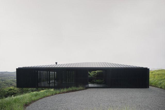 Questa villa total black mostra come l'architettura sia una materia viva e in dialogo con la natura