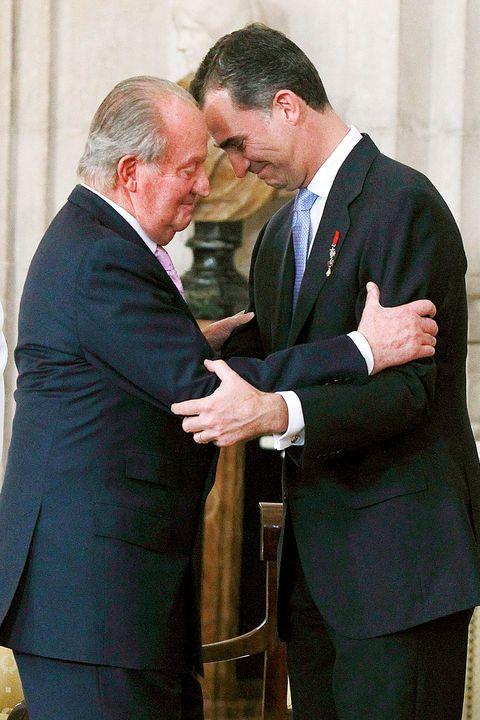 """La Casa Real hizo pública una emotiva carta del Rey emérito a su hijo en la que anuncia su retirada de la vida pública. En la misiva, Don Juan Carlos toma esta decisión """"desde el gran cariño y orgullo de padre que por ti siento"""". Recordamos las imágenes decisivas desde su abdicación, en 2014."""